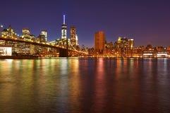 Ponte di Brooklyn con l'orizzonte più basso di Manhattan alla notte fotografia stock libera da diritti
