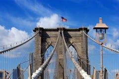 Ponte di Brooklyn e bandiera americana Fotografia Stock Libera da Diritti