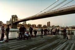 Ponte di Brooklyn e gente di camminata a New York Immagini Stock