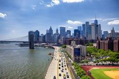 Ponte di Brooklyn e giorno dell'orizzonte di New York immagini stock libere da diritti