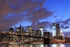 Ponte di Brooklyn e orizzonte di Manhattan alla notte Immagine Stock
