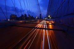 Ponte di Brooklyn e orizzonte di Manhattan alla notte NYC Fotografie Stock Libere da Diritti