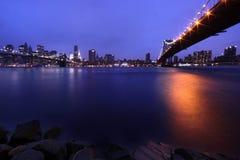 Ponte di Brooklyn e orizzonte di Manhattan alla notte NYC Immagini Stock Libere da Diritti