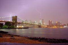 Ponte di Brooklyn e orizzonte drammatico del fulmine e del cielo immagini stock libere da diritti