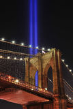 Ponte di Brooklyn e tributo all'indicatore luminoso Fotografia Stock