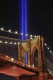 Ponte di Brooklyn e tributo all'indicatore luminoso Fotografia Stock