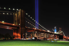 Ponte di Brooklyn e tributo all'indicatore luminoso Fotografie Stock