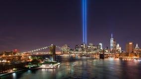 Ponte di Brooklyn e tributo all'indicatore luminoso fotografia stock libera da diritti