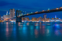 Ponte di Brooklyn ed argine di notte di Manhattan Fotografia Stock