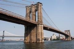 Ponte di Brooklyn a New York con la bandiera americana Fotografia Stock