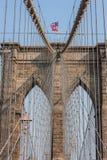 Ponte di Brooklyn a New York con la bandiera americana Fotografie Stock Libere da Diritti