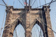 Ponte di Brooklyn a New York con la bandiera americana Fotografia Stock Libera da Diritti