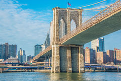 Ponte di Brooklyn a New York su luminoso Fotografia Stock Libera da Diritti