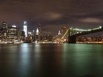 Ponte di Brooklyn scintillante entro la notte fotografia stock