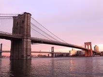 Ponte di Brooklyn, tramonto Fotografie Stock Libere da Diritti