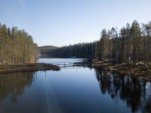 Ponte di camminata sopra il lago in parco nazionale fotografia stock