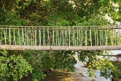 Ponte di camminata di suspense fatto di bambù asciutto in Tay Nguyen, altopiani centrali del Vietnam, Asia fotografia stock