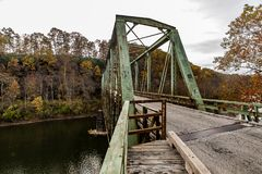 Ponte di capriata verde storico in autunno - Layton Bridge - la contea di Fayette, Pensilvania fotografia stock libera da diritti
