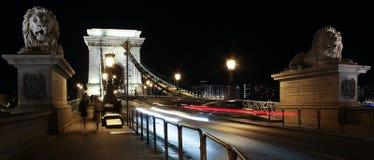Ponte di catene alla notte. Budapest immagini stock