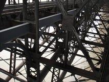 Ponte di cavalletto grigio sopra acqua marrone Fotografia Stock Libera da Diritti