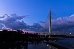 Ponte di cavo a penombra sopra il fiume Sava vicino all'isola del Ada, Belgrado immagine stock libera da diritti