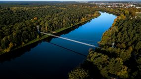 Ponte di cavo sopra la vista del fiume dalla cima fotografia stock libera da diritti