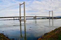 Ponte di cavo sopra un fiume blu: Il fiume Columbia, Pasco, Washington fotografie stock libere da diritti