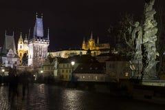 Ponte di Charles alla notte con il castello di Praga e la st Vitus Cathedral Immagini Stock Libere da Diritti