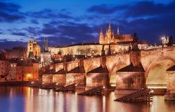 Ponte di Charles e cattedrale della st Vitus, Praga, repubblica Ceca Immagini Stock