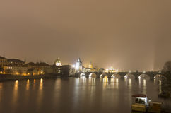 Ponte di Charles ed altri monumenti storici alla notte, Praga, repubblica Ceca Fotografie Stock Libere da Diritti