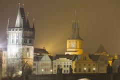 Ponte di Charles ed altri monumenti storici alla notte, Praga, repubblica Ceca Immagini Stock Libere da Diritti