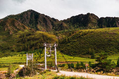 Ponte di corda sopra montagne del fiume di Katun, l'Altai Fotografie Stock