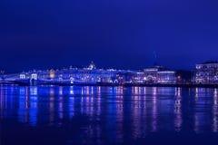 Ponte di Dvortsoviy e palazzo di inverno alle luci blu alla notte di Natale immagini stock libere da diritti