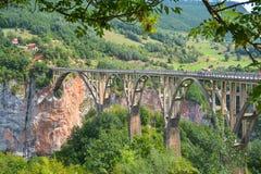 Ponte di Dzhurchdzhevicha nelle montagne del Montenegro immagine stock libera da diritti