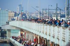 Ponte di Galata con i pescatori che si inclinano da  Fotografie Stock Libere da Diritti