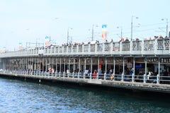 Ponte di Galata con i pescatori a Costantinopoli Immagini Stock Libere da Diritti