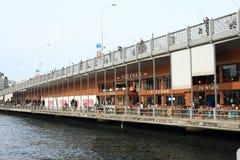 Ponte di Galata con i pescatori a Costantinopoli Fotografia Stock Libera da Diritti