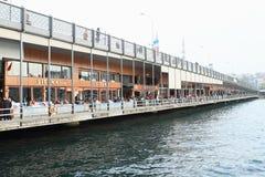 Ponte di Galata con i pescatori a Costantinopoli Fotografia Stock