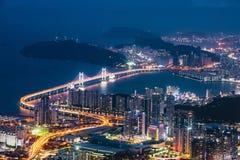Ponte di GwangAn, dell'orizzonte e Haeundae alla notte a Busan, Corea fotografie stock