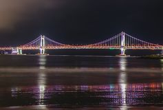 Ponte di GwangAn, dell'orizzonte e Haeundae alla notte a Busan, Corea Immagine Stock