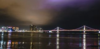 Ponte di GwangAn, dell'orizzonte e Haeundae alla notte a Busan, Corea fotografie stock libere da diritti
