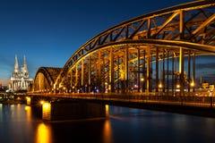 Ponte di Hohenzollern e cattedrale di Colonia Immagini Stock Libere da Diritti