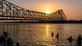 Ponte di Howrah ai tempi di alba immagini stock