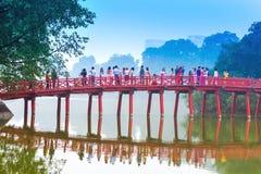 Ponte di Huc sopra il lago Hoan Kiem fotografia stock