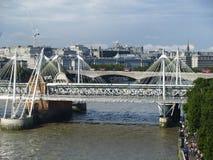 Ponte di Hungerford e passerelle dorate di giubileo Immagini Stock Libere da Diritti