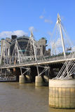 Ponte di Hungerford e ponti dorati di giubileo a Londra Fotografia Stock