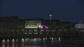 Ponte di incrocio della gente di Berlin City Night Landscape With archivi video