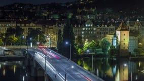 Ponte di Jirasek sul timelapse di notte del fiume della Moldava a Praga, repubblica Ceca video d archivio