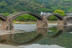 Ponte di Kintaikyo contro il cielo nuvoloso immagine stock