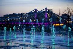 Ponte di Krymsky o ponte della Crimea a Mosca, Russia Nel fondo del Th dei fauntains Fotografia Stock